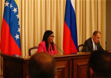 Venezuelas Vizepräsidentin Rodríguez und Russlands Außenminister Lawrow bei der Pressekonferenz am Freitag in Moskau