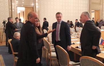 Venezuelas Vizepräsident für Planung, Ricardo Menéndez (stehend, links im Bild), leitete die Delegation seines Landes bei dem Treffen in Moskau