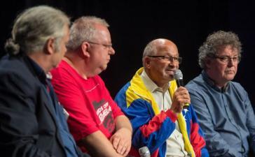 """Podium bei der Konferenz in Berlin. Vonlinks nach rechts: Andrej Hunko, Andre Scheer (Junge Welt), Gerhard Mertschenk (Berliner Bündnis """"Hände weg von Venezuela"""")und  Patrik Koebele (Vorsitzender der DKP)"""