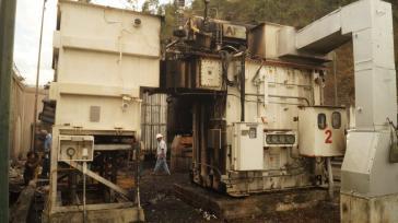 Arbeiter der staatlichen Corporación Eléctrica Nacional bei der Reparatur eines Umspannwerks in Baruta im Bundesstaat Miranda, das am Sonntagnacht explodierte