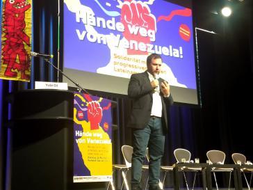Venezuelas Vize-Außenminister für Europa, Yván Gil, bei der Solidaritätskonferenz am Dienstagabend in Berlin