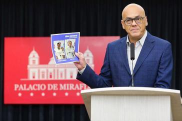 """Kommunikationsminister Jorge Rodriguez präsentierte das, was er als Beweis für """"ultrarechte Pläne zur Förderung des Regimewechsels"""" bezeichnete"""