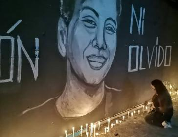 Gedenkstelle am abgebrannten Outlet von Kayser. Im Bild Yoshua Osorio, der zum Zeitpunkt des Todes 17 Jahre alt war