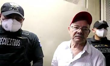 César Montes nach seiner Festnahme in Mexiko auf dem Weg zur Anhörung vor Gericht (Screenshot)