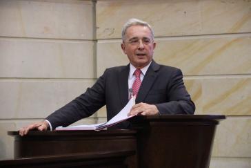 Gegen Uribe gibt es auch dutzende Anschuldigungen wegen Kooperation mit Paramilitärs und Beteiligung an Massakern