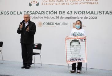 Präsident Andrés Manuel López Obrador mit María Martínez Zeferino bei der Gedenkveranstaltung im Regierungspalast in Méxiko-Stadt