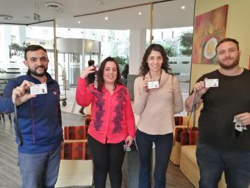 Die vier argentinischen Abgeordneten, die Teil einer Wahlbeobachtermission sind, zeigen ihre offiziellen Akkreditierungen