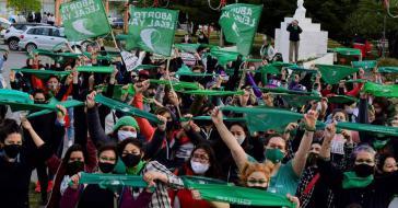 Kundgebung in Ushuaia am Mittwoch. Die massiven Mobilisierungen der Frauenbewegung seit Jahren haben das Gesetzgebungsverfahren in Gang gebracht