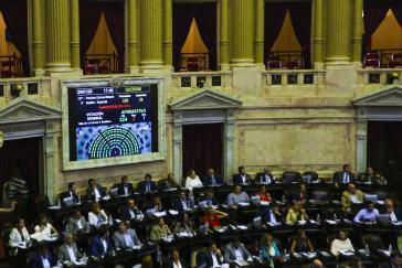 Mit 224 Ja-, 2 Nein-Stimmen und einer Enthaltung nahm die Kammer das Gesetz zur Neuverhandlung der Auslandschulden an