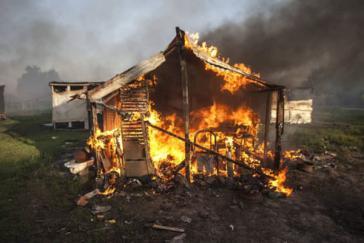 Die Hütten der Landbesetzer wurden von den Polizisten in Brand gesteckt