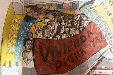 """""""Würdigen Wohnraum - Jetzt"""". Wandbild an einer Einrichtung von Proyecto 7 in Buenos Aires"""