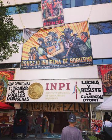 Eingang des besetzten Nationalen Instituts für indigene Völker in Mexiko-Stadt