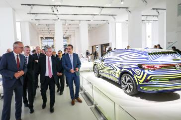 Argentiniens Präsident Fernández in einem Showroom von Volkswagen in Berlin