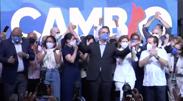 Luis Abinader (in der Mitte mit erhobenen Armen) lässt sich am Wahlabend als Sieger und neuer Präsident feiern