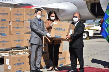 Auf dem Internacionalen Flughafen von El Alto, La Paz, nahm die Putschregierung am 2. April eine Hilfslieferung aus China in Empfang