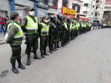 Die Putsch-Regierung in Bolivien setzt Polizei und Militär ein, um die Quarantäne zu kontrollieren