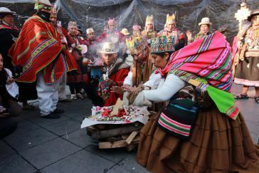 """Vertreter indigener Gemeinschaften brachten auf dem Hauptplatz von La Paz vor der Amtseinführung """"Mutter Erde"""" Opfer dar und baten um Schutz für Arce"""