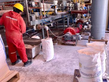 Lithium-Karbonat wird in der Pilotanlage in Llipi, Bolivien abgefüllt