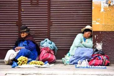 Viele Menschen in Bolivien müssen ihr Überleben trotz Quarantäne durch Straßenverkauf sichern