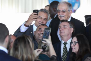 Posen für Selfies: Bolsonaro nach einem gemeinsamen Frühstück mit Kabinettsmitgliedern am Mittwoch