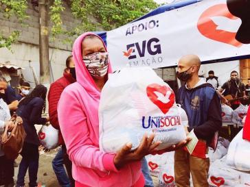 Anhänger der Igreja Universal do Reino de Deus verteilen Hilfspakete an Bedürftige während der Corona-Krise