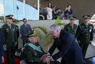 "Temer begrüßt den Oberbefehlshaber der Streitkräfte, General Villas Bôas, am ""Tag des Soldaten"" 2018"