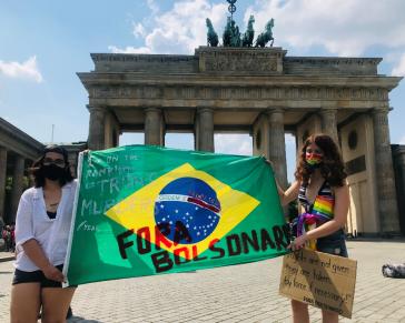 """Sonntag war weltweiter Protesttag gegen Bolsonaro. Hier am Brandenburger Tor """"Weg mit Bolsonaro""""."""