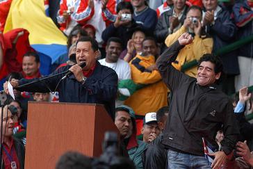 """In Mar Del Plata wurde 2005 das von den USA geplante Freihandelsabkommen gekippt. Venezuelas Präsident Hugo Chávez und Maradona bei der Großkundgebung des """"Gipfels der Völker"""""""