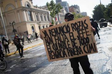 """Demonstrationen in ganz Chile fordern die Auflösung der Carabineros und den Rücktritt des Präsidenten. """"Rozas ist schon zurückgetreten, fehlt noch der Chef, der Schuldige an allem. Tritt zurück, Piñera"""""""