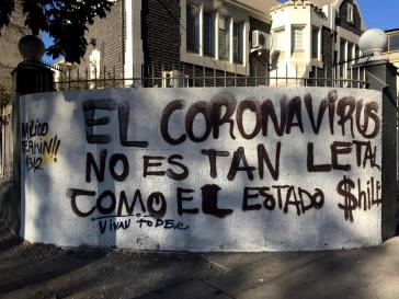 """""""Das Coronavirus ist nicht so tödlich wie der chilenische Staat"""": Graffiti in der Nähe vom Plaza Dignidad in Santiago"""