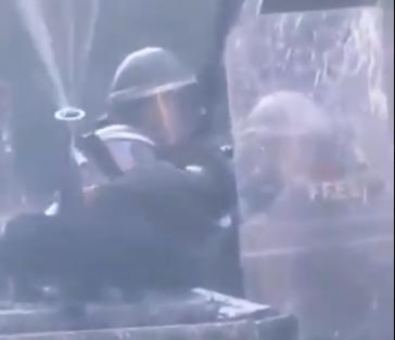 Polizisten in Chile setzen Impulstechnik gegen Demonstranten ein