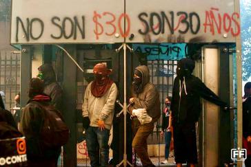 """Zentrales Motto zu Beginn des Aufstands: """"Es sind nicht 30 Pesos, es sind 30 Jahre"""""""