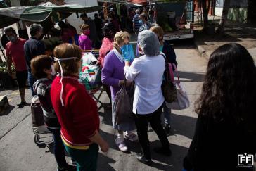 Mitglieder des Notfallkomitees der Volksversammlung Metro La Granja informieren über Corona, verteilen Mundschutz und geben medizinischen Rat. Ein Beispiel von vielen in Chile