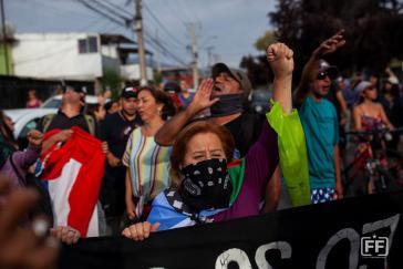 Die Menschen gehen für soziale Forderungen und für eine neue Verfassung auf die Straße