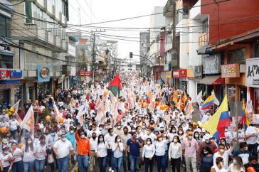 """""""Karawane der Hoffnung"""" der Unes mit Andrés Arauz (erste Reihe, im blauen Hemd) am Montag in Santo Domingo de los Colorados, der viertgrößten Stadt Ecuadors"""