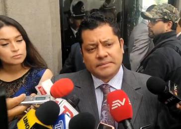 Rafael Correas Anwalt Fausto Jarrin informiert die Medien am ersten Prozesstag über die Hintergründe des Verfahrens (Screenshot)