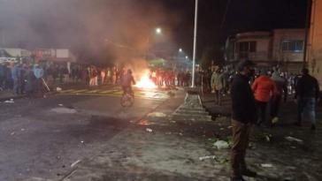 Menschenmenge mit Barrikade in Curacautín