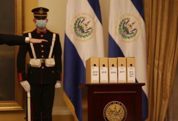 Laut Bukele sind dies alle Dokumente, die über das El-Mozote-Massaker noch übrig sind. Warum sie Etiketten aus den letzten fünf Jahren haben, erklärte er nicht
