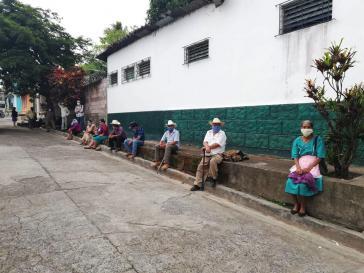 Warten auf Lebensmittel vor einem Verteilungszentrum des Landwirtschaftsministeriums in Alegría, Usulután