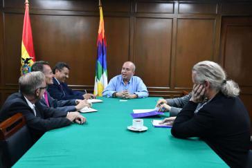 Der De-facto-Innenminister Arturo Murillo und Diplomaten der EU zeigen sich trotz diplomatischer Spannungen bestens gelaunt