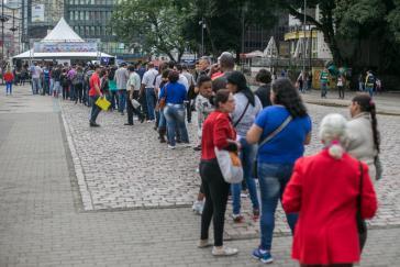 Lange Schlange von Arbeitslosen in Brasilien. Die Anzahl wird in 2021 weiter steigen.