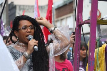 Demonstrantin in Brasilien am Internationalen Frauentag