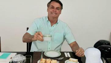 Am Morgen nach der Bekanntgabe seiner Covid-19-Infektion trank Bolsonaro gut gelaunt Kaffee, anschließend verhinderte er gesetzliche Corona-Hilfen für Indigene