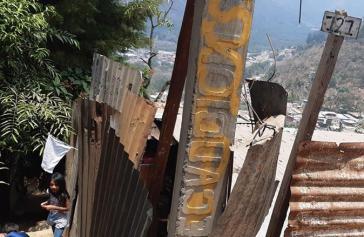 Arme Familien hissen weiße Fahnen vor ihrem Haus, um zu signalisieren, dass sie dringend Hilfe brauchen