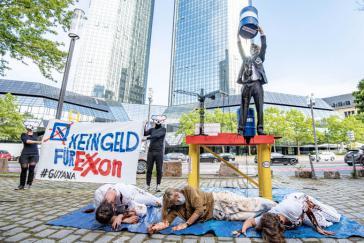 Die Frankfurter Klimagerechtigkeitsgruppe Koala Kollektiv bei der Protestaktion vor der Deutschen Bank in Frankfurt am Main diese Woche