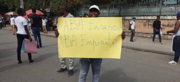 Ein Student protestiert nach dem Mord an Dorval gegen Unsicherheit und Straflosigkeit. Foto: AlterPresse