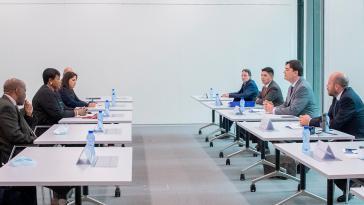 Vertreter der bolivianischen De-facto-Regierung (rechts) treffen ICC-Chefanklägerin Fatou Bensouda (links)