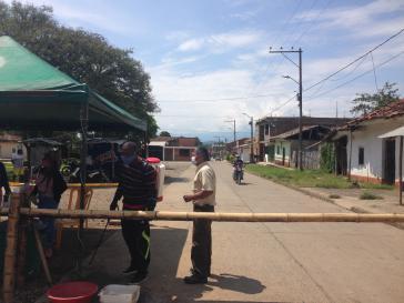 Anwohner wie hier im Valle de Cauca sperren ihr Dorf ab...