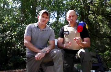 Der ehemalige US-Marinesoldat Jordan Goudreau und Javier Nieto Quintero, Deserteur der venezolanischen Armee, bekennen sich in einem Video zu dem Invasionsversuch und rufen das Militär von Venezuela auf, sich anzuschließen | Screenshot