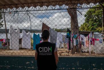 CIDH-Mitarbeiterin bei einem Besuch in einem Gefängnis in Lateinamerika